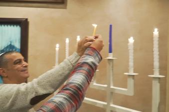 יעקב בן סימון מדליק נרות חנוכה במרוקו